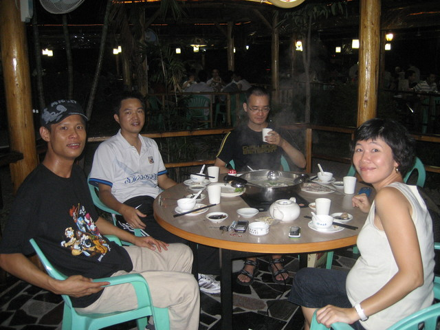 Several '91 classmates had dinner at a Nan Shan seafood restaurant that serves one fish, originally from the Mississippi River, a long fish with a duck's bill.  Seen here are Mr. Hu, Mr. Xia, Mr. Huang and Ms. Guo.  Spouses not invited.